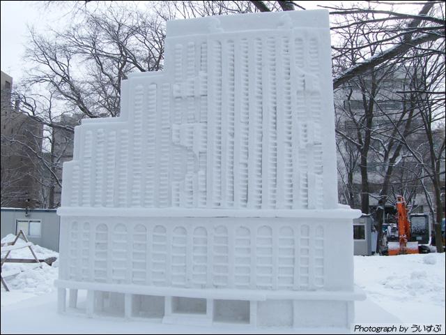 プラザ館に写る城「暖かい心 札幌支部」