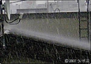 屋根にたたきつける雨