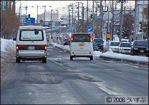 雪の溶けた道路