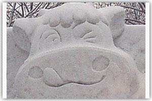 5丁目雪像「今日、飲んだ?北海道の牛乳!」